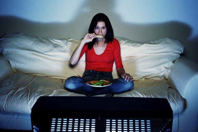 टीवी देखते हुए खाना न खाएं