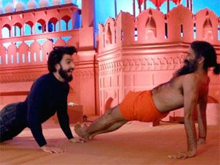 बाबा रामदेव और रणवीर सिंह में हुआ योग कॉम्प्टिशन, वीडियो वायरल
