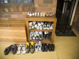 जूते-चप्पल उतारें घर के बाहर, बीमारियां कभी नहीं आएंगी अंदर!