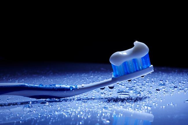 सफेद टूथपेस्ट