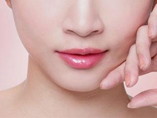 सर्दियों में होठों को फटने से बचाने के 10 आसान टिप्स!