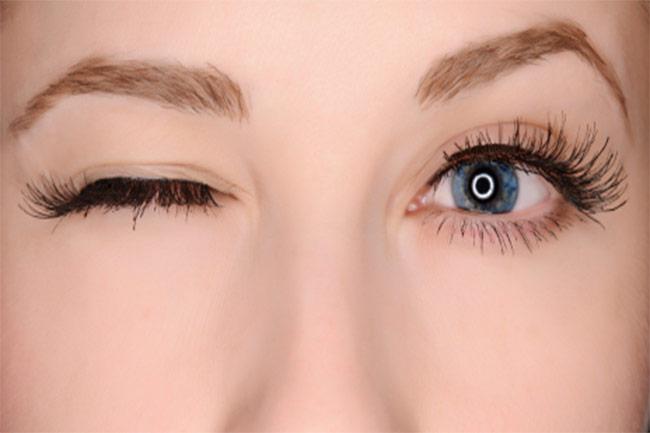 क्या आंख फड़कने के ये कारण जानते हैं आप