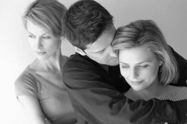 ...तो इसलिए एक साथ दो लोगों से हो जाता है प्यार