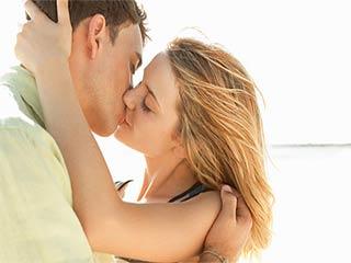 भावनाओं से कहीं अधिक स्वाथ्यवर्द्धक है एक किस