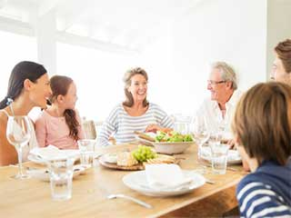 जानें क्या होते हैं परिवार के साथ बैठकर खाने के फायदे