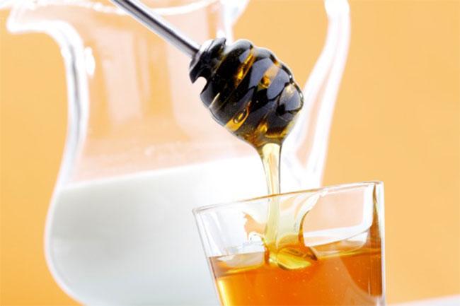 सेहत के लिए फायदेमंद है गर्म दूध में शहद