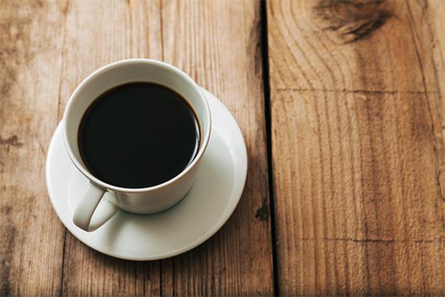 ब्लैक कॉफी लें