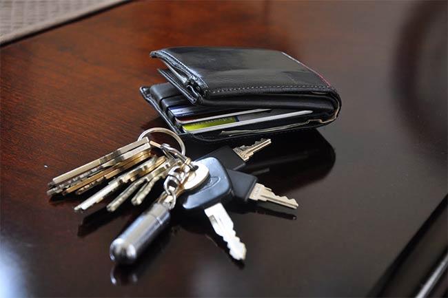 चाबियां व बटुआ