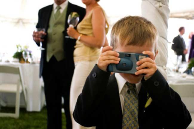 बच्चे को दें कैमरा
