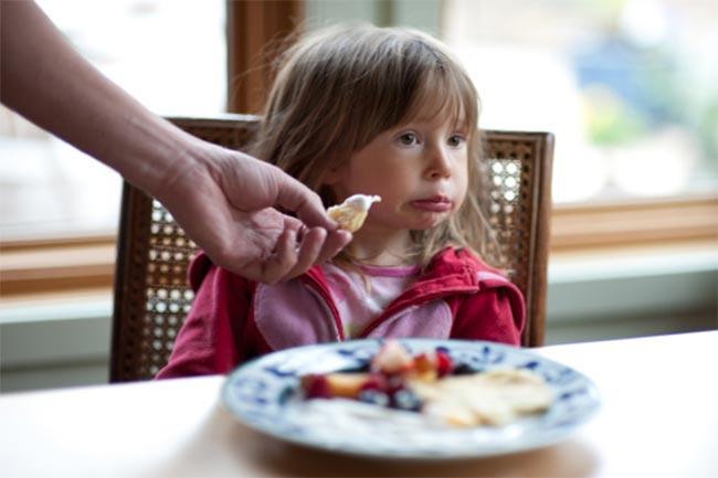बच्चों से कभी न कहें खाने से जुड़ी बातें