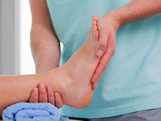 मधुमेह रोगियों के लिए मानसून में पैरों की देखभाल