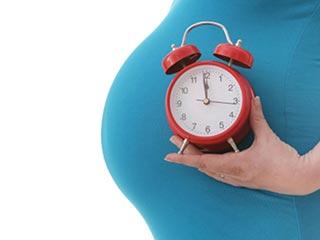 जानें क्या देर से मां बनने से बढ़ती है उम्र