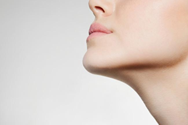 होंठों को मॉइश्चराइज करें