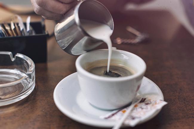 हर्बल चाय में दूध मिलाना