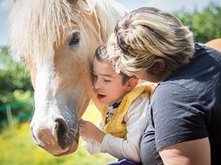 बच्चे को कैसे सिखायें दूसरों की मदद करने की क्या है अहमियत
