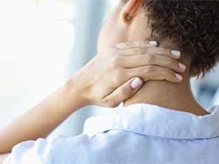 महिलाओं की गर्दन में इन कारणों से होता है अधिक दर्द