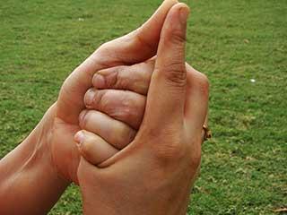 शंख मुद्रा के अभ्यास का सही तरीका और इसके लाभ