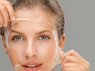 चेहरे को अच्छी तरह से साफ करने के लिए ऐसे बनाएं पील ऑफ मास्क