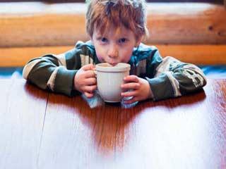 जानें छोटे बच्चों को चाय क्यों नहीं पिलानी चाहिए