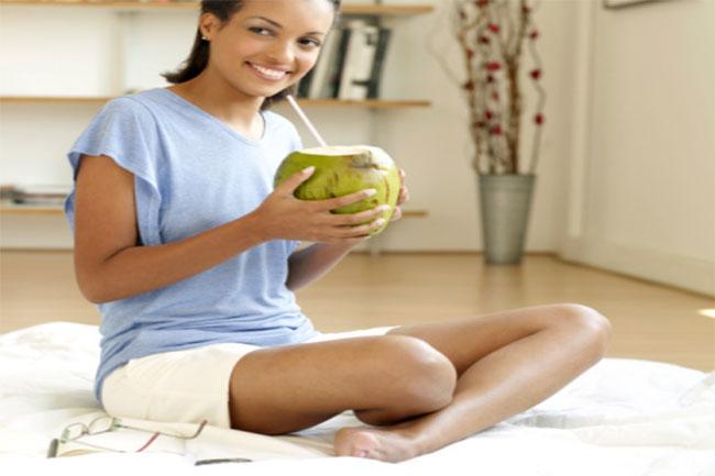 नारियल पानी लें