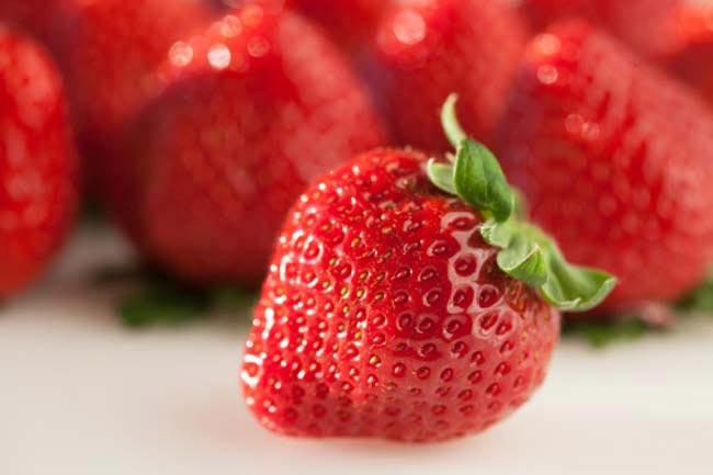 नेचुरल टीथ व्हाइटनर स्ट्रॉबेरीज