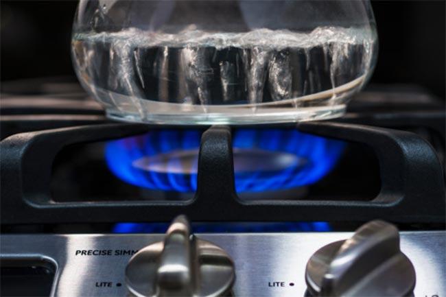 गरम पानी का प्रयोग कम करें