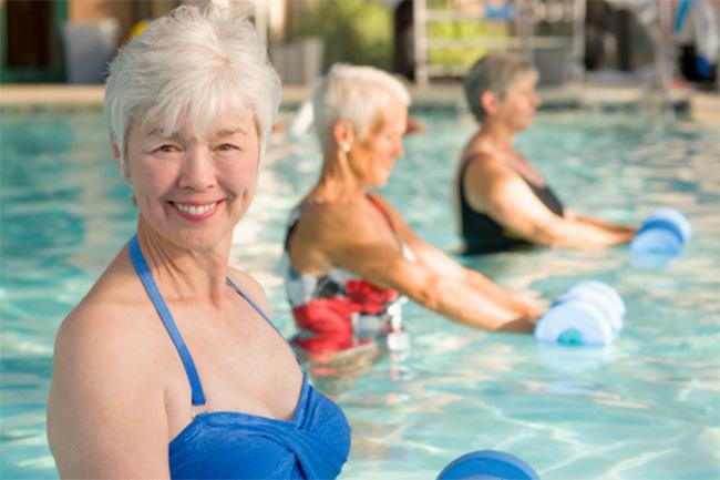 स्वीमिंग कम करें आर्थ्राइटिस दर्द