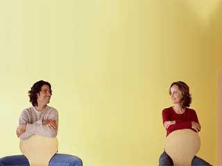 लॉंग डिस्टेंस रिलेशनशिप में गर्लफ्रेंड पर कैसे करें भरोसा