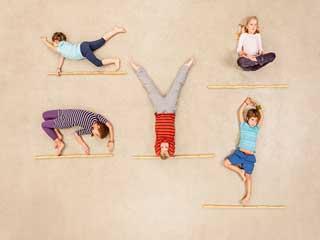 बच्चों के साथ करें इन 5 योगासनों का अभ्यास