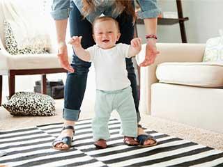 जल्दी चलना शुरू कर देने वाले बच्चों की हड्डियां होती हैं ज्यादा मज़बूत