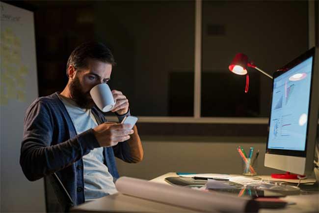 सोने से पहले शराब या कैफीन का सेवन