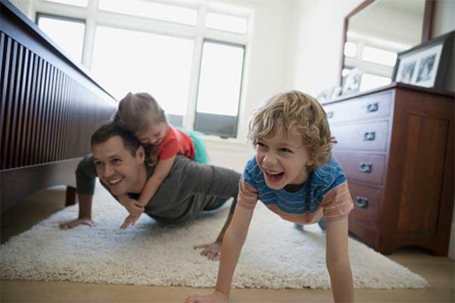 एक परिवार की तरह साथ खेलें