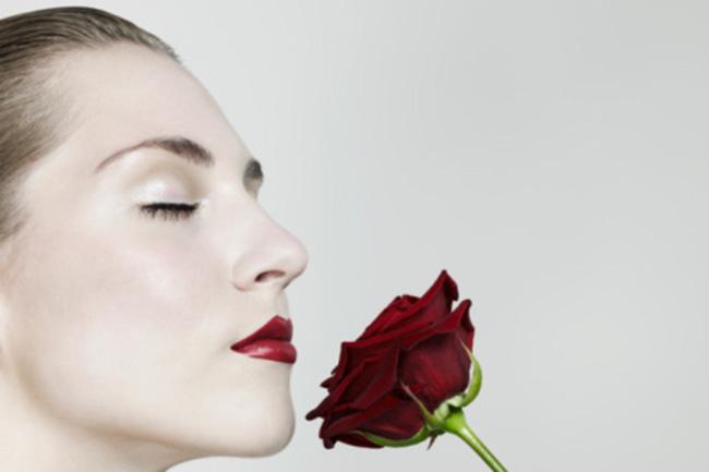 गुलाब के फूलों की ख़ुशबू  लेना