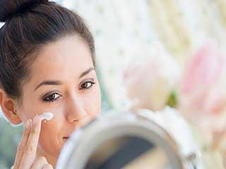 सर्दियों में दमकती त्वचा पाने के लिए अपनाएं ये 5 आसान टिप्स