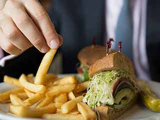 फास्ट फूड खाने से दिमाग पर होता है असर