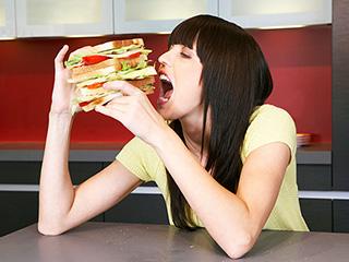 खाने के बाद भी रहते हैं भूखे? तो हो सकती हैं ये बीमारियां