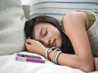 मोबाइल साथ में लेकर सोने से हो सकती हैं गंभीर स्वास्थ्य समस्याएं