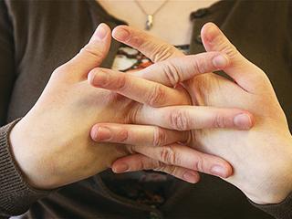 उंगुलियां चटकाना है नुकसानदायक, छोड़ें ऐसे ये आदत