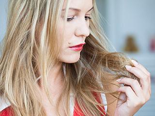 जानें महिलाओं की बाल झड़ने की समस्या के कारण और निवारण