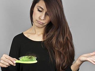 जानिए क्यों झड़ते हैं महिलाओं के बाल