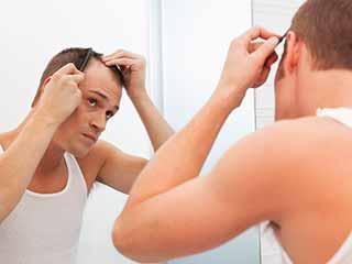 जानिए किन कारणों से झड़ते हैं आपके बाल
