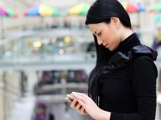 बच्चों में बढ़ रही स्मार्टफोन की लत, करना पड़ सकता उनकी इस आदत का इलाज
