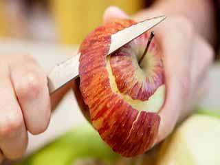 12 गुणों से भरपूर है सेब का छिलका, जानें इसके फायदे