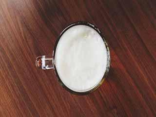 रोजाना क्या पीना सही है, दूध या बीयर?
