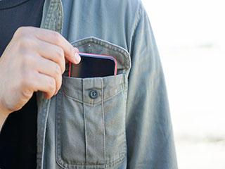 क्या होता है जब आप शर्ट की जेब में रखते हैं मोबाइल फोन?