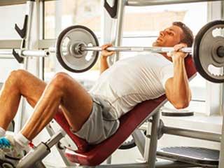 इन 7 तरीकों से फिट लोग जिम में खुद को करते हैं चोटिल