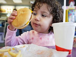 तो इन 4 कारणों से बढ़ रहा है आपके बच्चे का वजन!