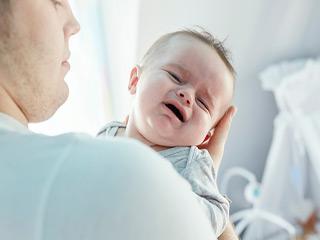 रोते हुए बच्चे को एक्यूपंक्चर की मदद से करें शांत