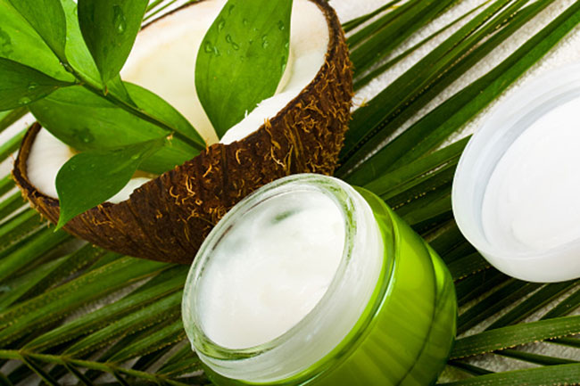 5 top reasons to keep coconut oil in your bathroom