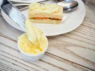 विटामिन्स अब्ज़ॉर्ब करने में सहायक है मक्खन, ये हैं 6 फायदे और 5 नुकसान